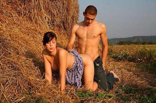 в поле порно фото