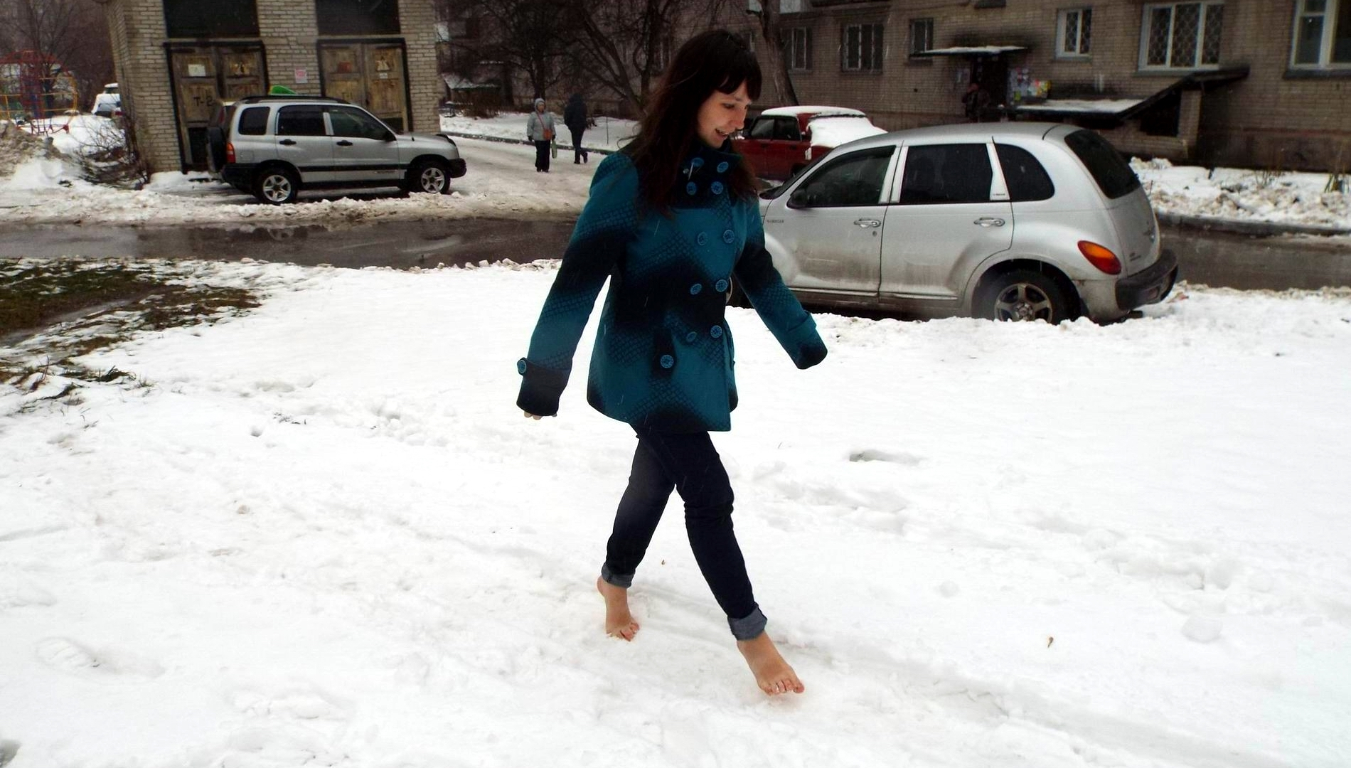 Девушка босиком зимой фото