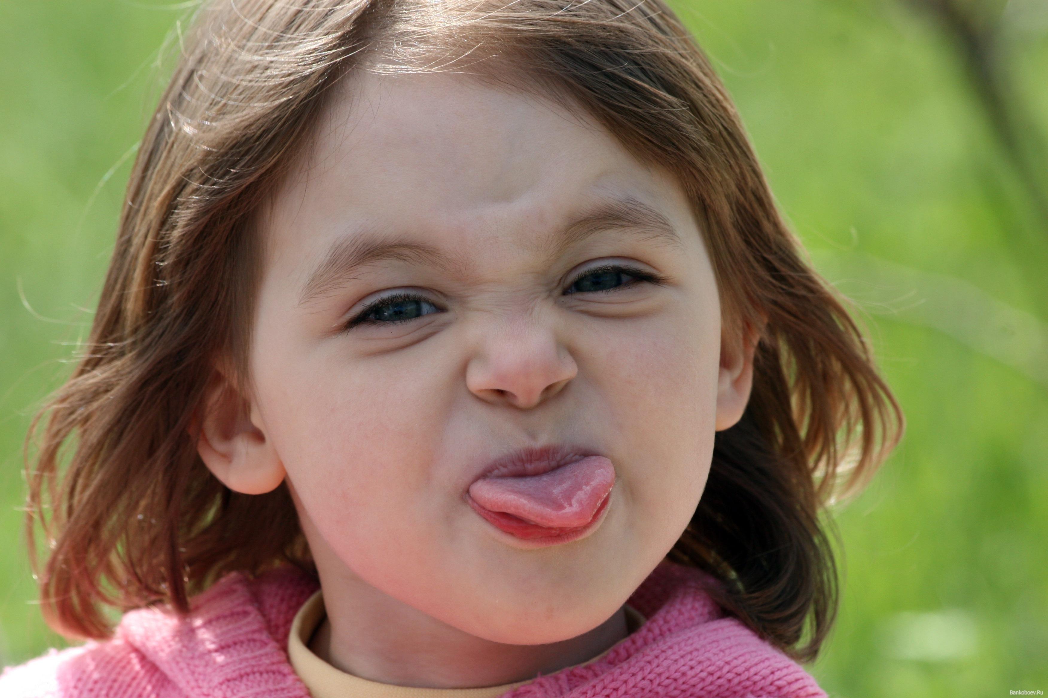 Фото ребёнка показывающего язык