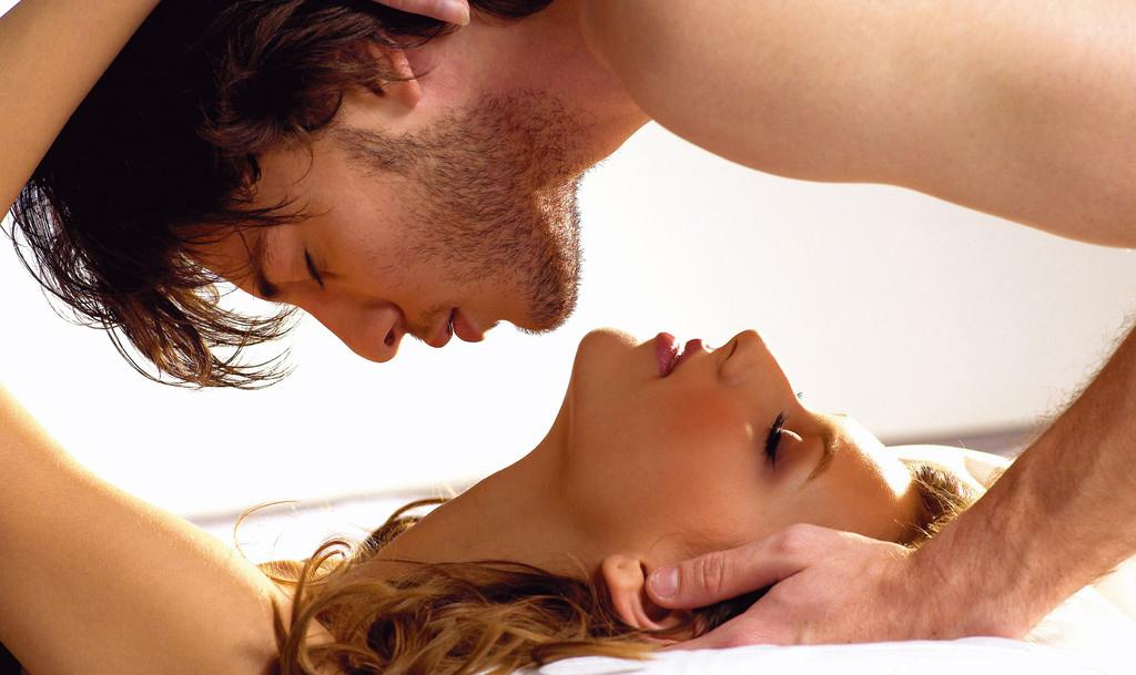 zakrivaet-glaza-seks