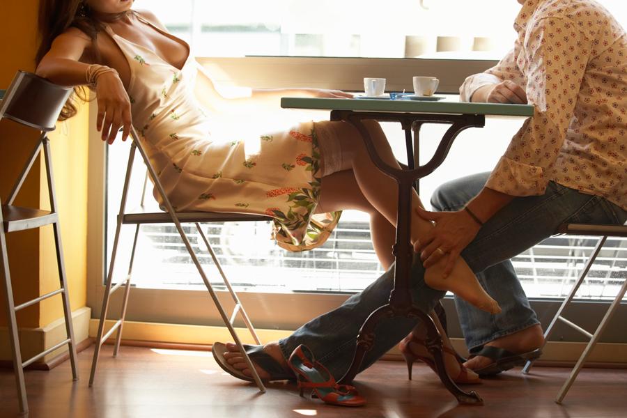 nozhki-pod-stolom-foto