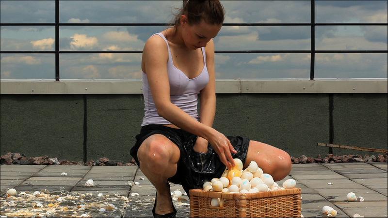 Девушки дрочат пизду и отрывают яйца фото 104