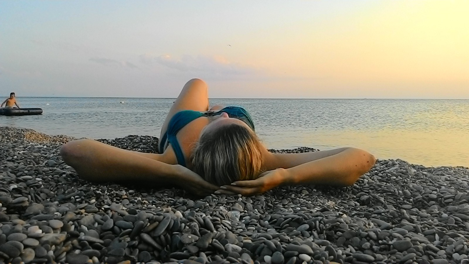 фото на галечном пляже идеи фотографируйте жующих людей