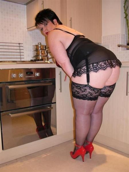 расслабленно раскинула фото чулки на жирных ляжках юбку раздвинув ноги