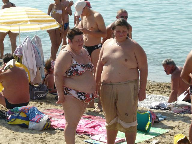 Толстая сильная голая баба трахает на пляже слабого мужика