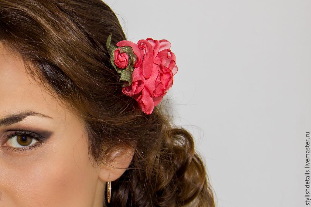 Красный цветок в волосах
